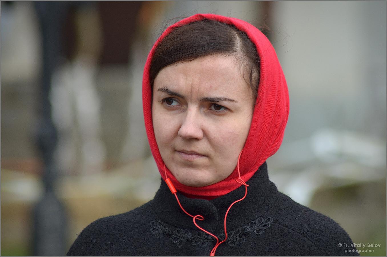 девушка в красном платке читать